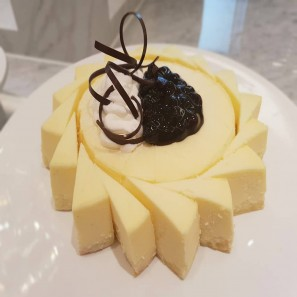 #치즈케이크 _블루베리 콩포트를 올려 더 상큼하게 즐길 수 있는 치즈케익