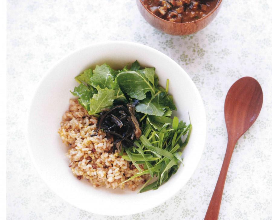 [문성희의 자연건강밥상 ㊱] 향긋한 나물의 조화 유채 보리순 강된장 비빔밥
